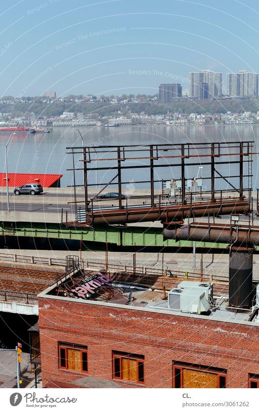 hudson Wolkenloser Himmel Schönes Wetter Fluss New York City Stadt Menschenleer Haus Hochhaus Mauer Wand Dach Verkehr Verkehrsmittel Verkehrswege Straßenverkehr