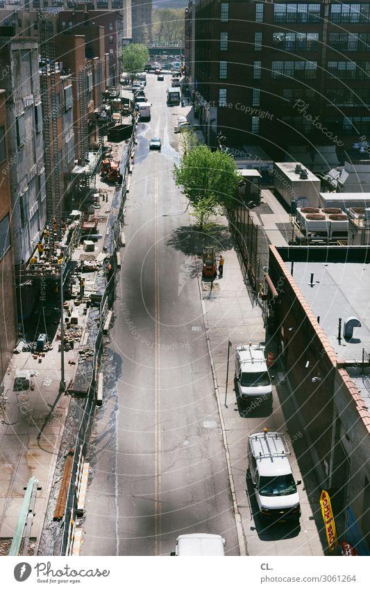 straße in harlem Arbeit & Erwerbstätigkeit Beruf Handwerker Baustelle Mensch Schönes Wetter Baum New York City Harlem Haus Hochhaus Gebäude Architektur Verkehr