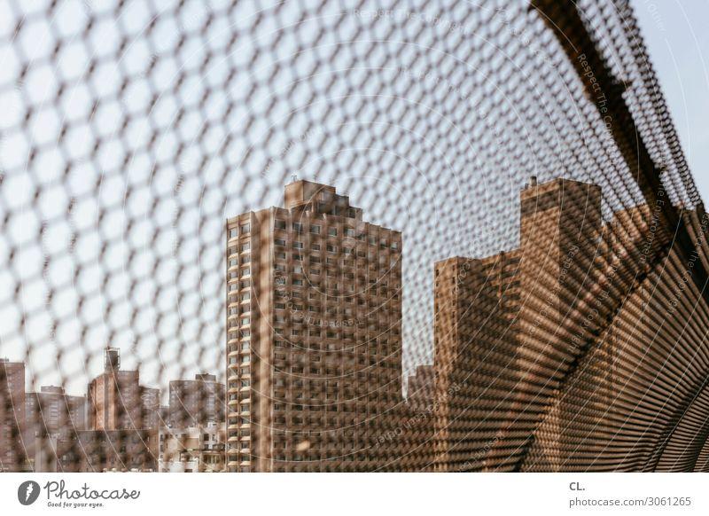 hinterm zaun Himmel New York City Menschenleer Hochhaus Architektur Zaun trist Stadt Angst gefährlich bedrohlich Schutz Sicherheit Verbote gefangen Barriere