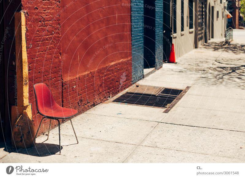 ein stuhl in harlem Städtereise Möbel Stuhl Schönes Wetter New York City USA Stadt Menschenleer Haus Mauer Wand Verkehrswege Wege & Pfade rot ruhig Pause