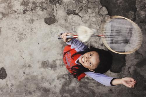 Kind Mensch Mädchen Sport springen Kindheit sportlich 8-13 Jahre Badminton