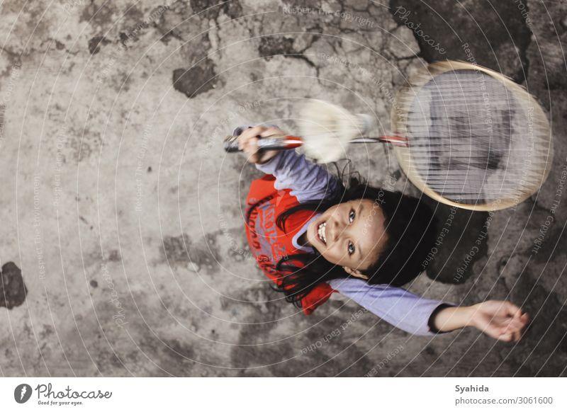 Mädchen beim Springen Spielen von Badminton Mensch Kind 1 8-13 Jahre Kindheit sportlich springen Sport Farbfoto Außenaufnahme Luftaufnahme Textfreiraum rechts