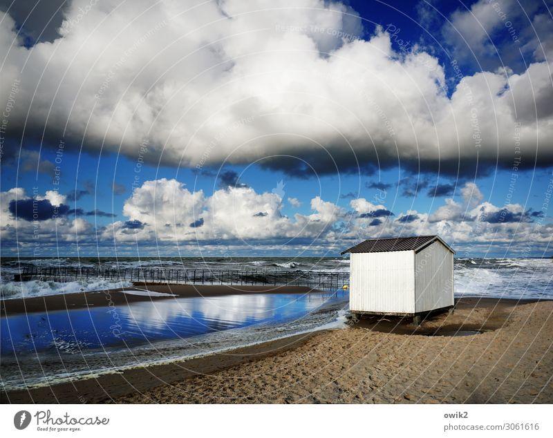 Strandhaus Weite Himmel Wolken Freiheit durchatmen Sehnsucht Fernweh Küste Ufer Ostsee Polen Kolberg Kolobrzeg Wasser Sand Horizont Hütte Kabine weiß blau