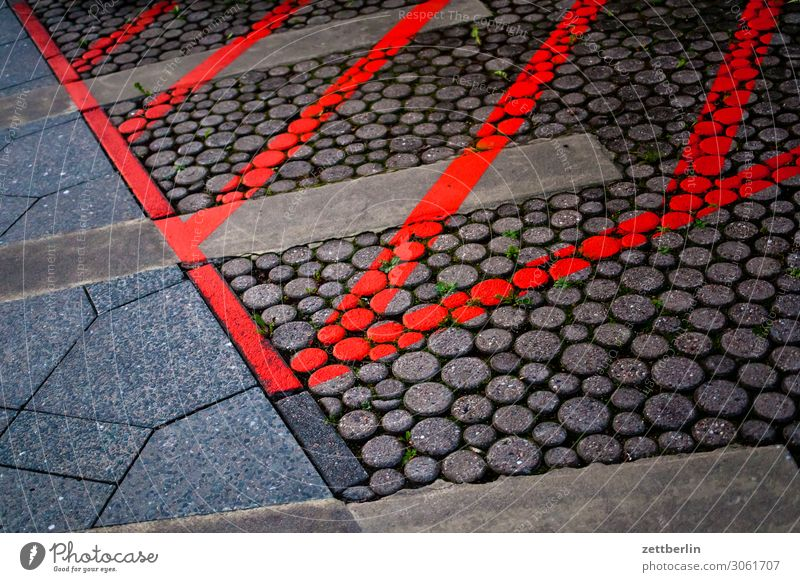 Markierte Fläche Bürgersteig Fußweg Schilder & Markierungen schraffur Streifen Strukturen & Formen Bodenplatten Farbe Verbote Information Platz Parkplatz