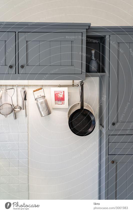 Küche Pfanne Milchkanne Manuelles Küchengerät Häusliches Leben Wohnung Innenarchitektur Dekoration & Verzierung Möbel Mauer Wand einzigartig retro grau weiß