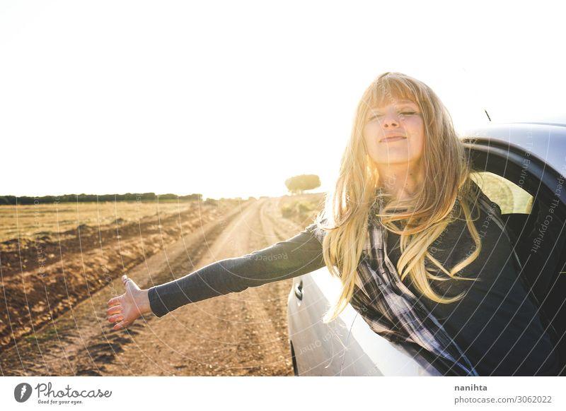 Junge Frau auf einem Roadtrip, die die Reise genießt. Lifestyle Stil Ferien & Urlaub & Reisen Tourismus Ausflug Abenteuer Ferne Sommer Mensch feminin
