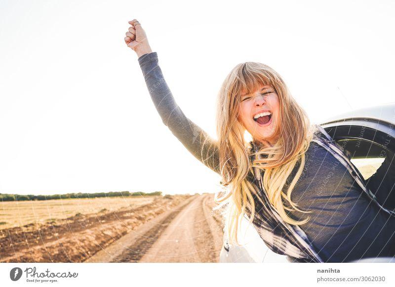 Junge Frau auf einem Roadtrip, die die Reise genießt. Lifestyle Stil Freude Glück Wellness Leben Wohlgefühl Ferien & Urlaub & Reisen Tourismus Ausflug Abenteuer