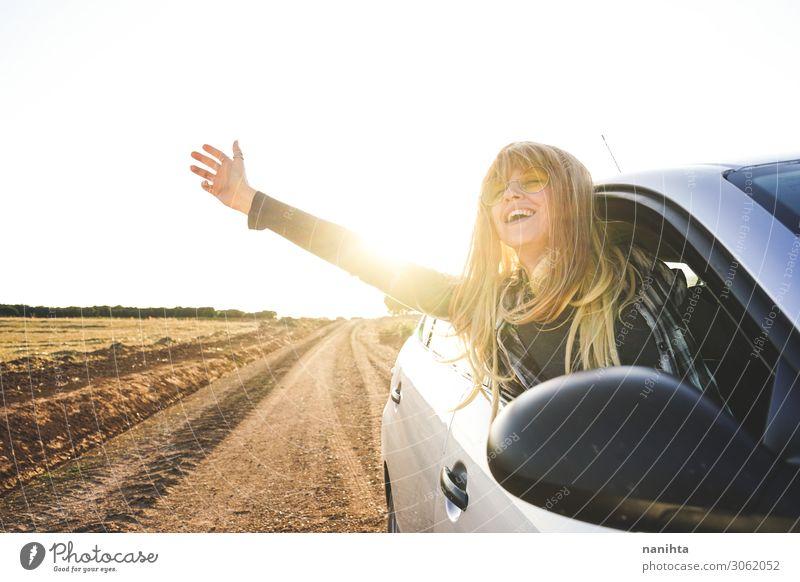Junge Frau auf einem Roadtrip, die die Reise genießt. Lifestyle Stil Ferien & Urlaub & Reisen Tourismus Ausflug Abenteuer Ferne Sommer Mensch feminin Erwachsene