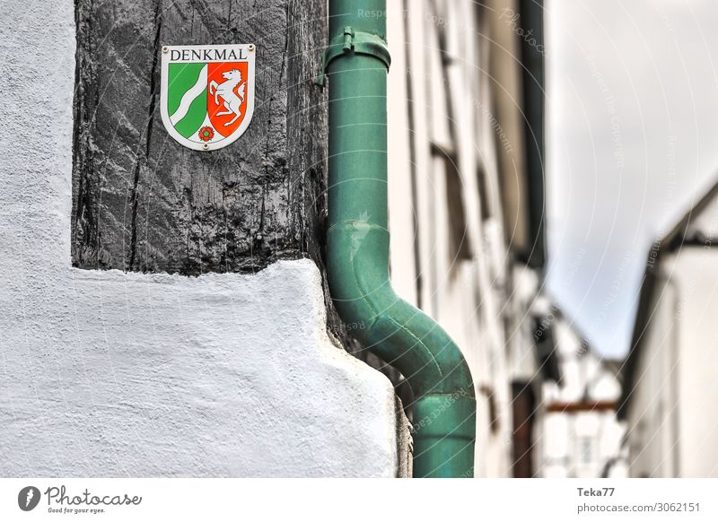 Denkmal Dorf Kleinstadt Stadt Menschenleer Haus Sehenswürdigkeit Wahrzeichen historisch schwarz weiß Geborgenheit denkmalschild Nordrhein-Westfalen Fachwerkhaus