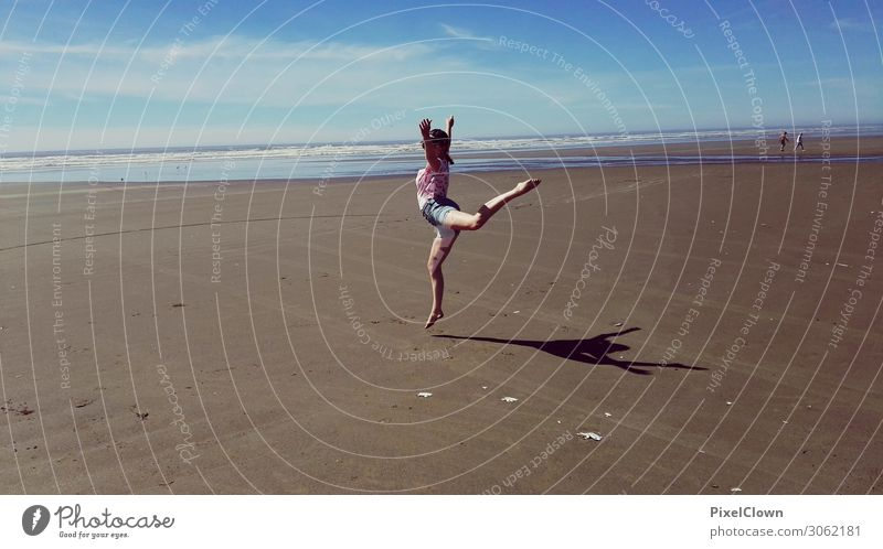 Girl on the beach Lifestyle Freude Ferien & Urlaub & Reisen Tourismus Ausflug Strand Meer wandern Mensch Junge Frau Jugendliche Erwachsene Körper 1 18-30 Jahre