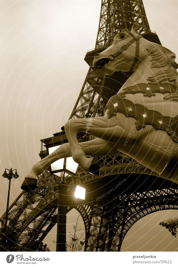 Paris en octobré Tour d'Eiffel Laterne Architektur hoch