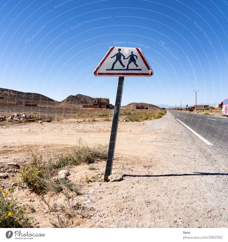 Achtung Fußgänger Mensch Himmel Natur Landschaft Wege & Pfade Horizont Verkehr Schilder & Markierungen Schönes Wetter Hinweisschild Wolkenloser Himmel
