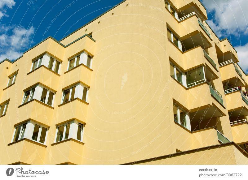 Wohnungsnot Altbau Brandmauer Fassade Fenster Haus Himmel Himmel (Jenseits) Blauer Himmel himmelblau Stadtzentrum Mehrfamilienhaus Menschenleer Stadthaus