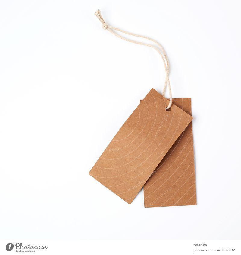 leeres papierbraunes Etikett am Seil kaufen Handwerk Business Papier Verpackung hängen verkaufen natürlich oben weiß Entwurf Adresse Hintergrund blanko