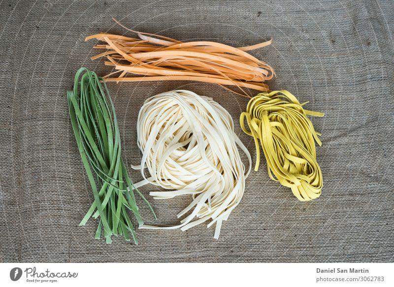Bunte italienische Rohteigwaren auf Jutegewebe Teigwaren Backwaren Ernährung Essen Mittagessen Abendessen Bioprodukte Vegetarische Ernährung Diät
