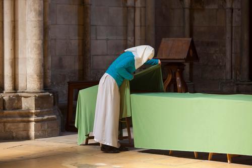Ordensschwester deckt den Tisch Mensch Erwachsene Religion & Glaube feminin Kirche Hilfsbereitschaft wählen Dom Gebet Tischwäsche Schwester Ritual Vorbereitung