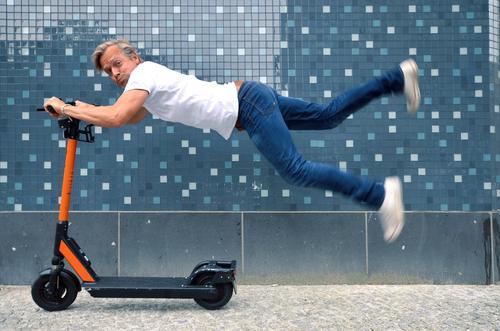 Elektroroller mit Mann Fortschritt Zukunft Erneuerbare Energie Mensch maskulin Körper 1 45-60 Jahre Erwachsene Verkehr Verkehrsmittel Verkehrswege