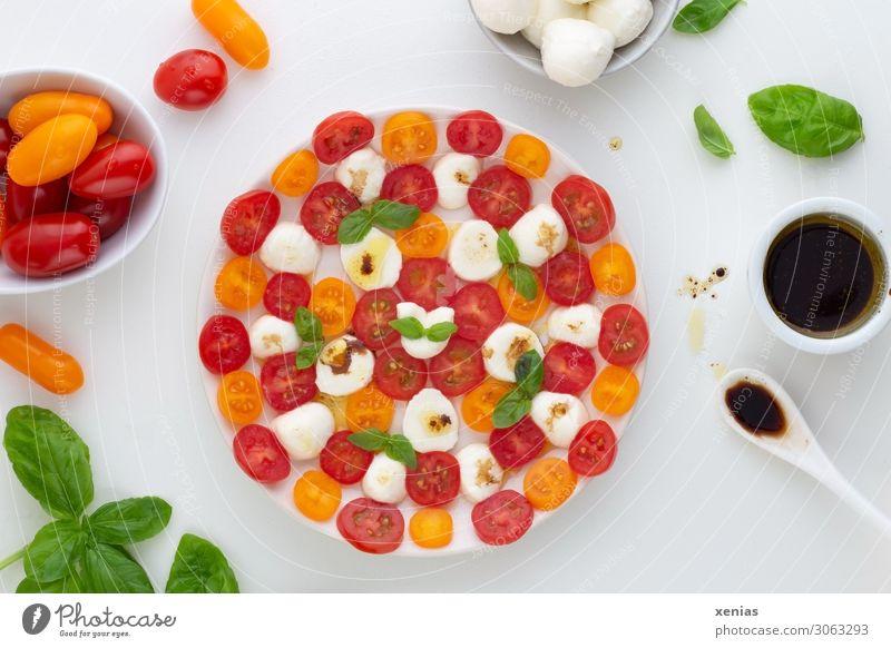 Tomate mit Mozzarella, Basilikum und Dressing mit Balsamicoessig Salat Salatbeilage Kräuter & Gewürze Käse Öl Essig Tomatensalat Basilikumblatt Ernährung