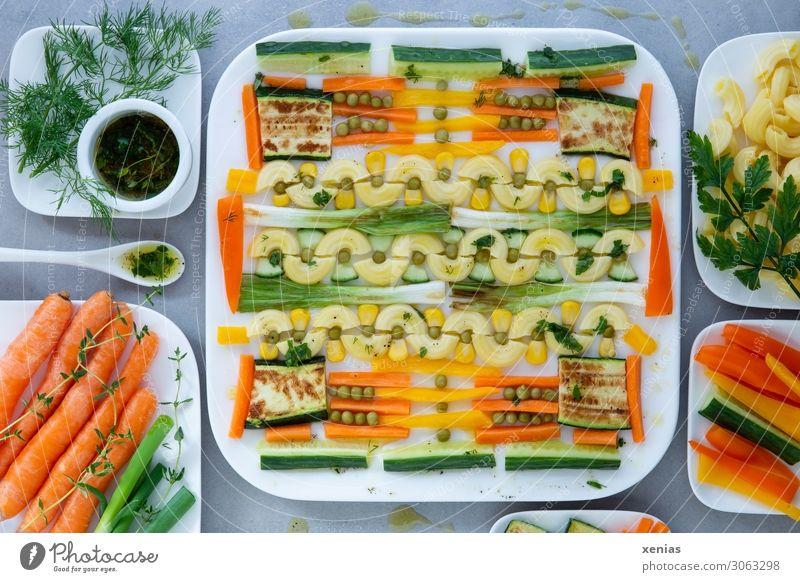 Nudelsalat mit gebratenen Frühlingszwiebeln und Zucchini Lebensmittel Lifestyle Ernährung lecker Kräuter & Gewürze Gemüse Backwaren Bioprodukte