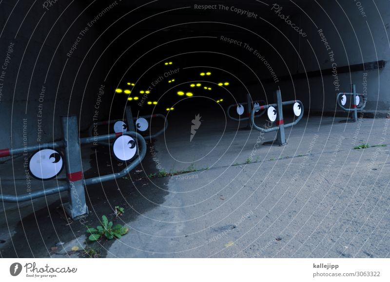 scary eye Stadt Freude dunkel Auge lustig Menschengruppe Angst träumen beobachten Ecke Beton bedrohlich Neugier Todesangst gruselig Flucht