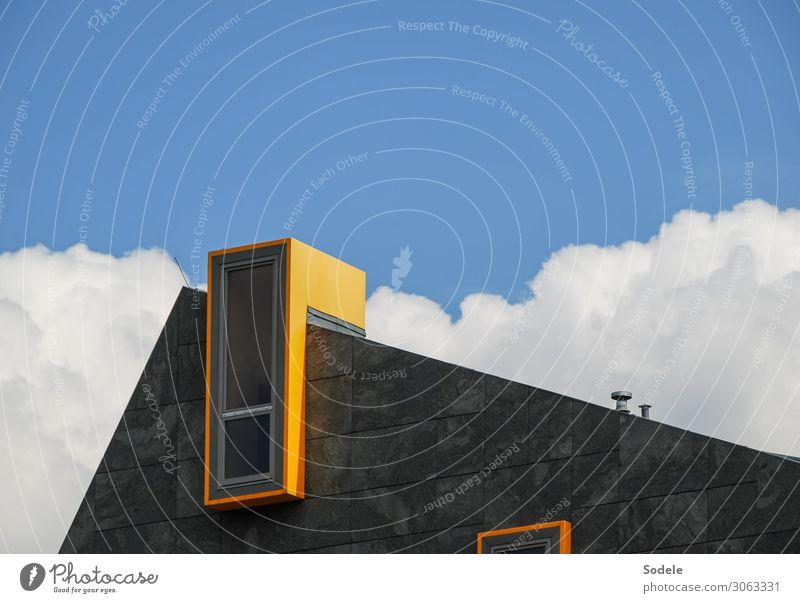 Haus mit integrierter Telefonzelle Himmel blau Wolken Fenster Architektur gelb Kunst außergewöhnlich Fassade grau Design Kreativität authentisch Schönes Wetter