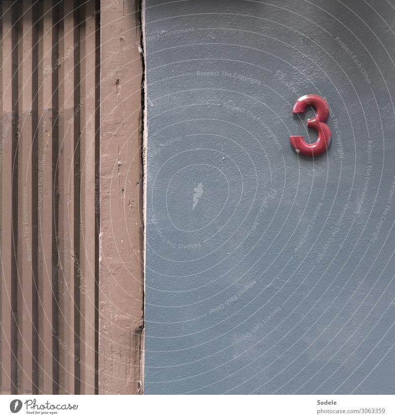 Beitrag zum 3. Advent Stadt Haus Gebäude Fassade Hausnummer Ziffern & Zahlen authentisch einzigartig Originalität trist grau rot Kommunizieren Ordnung planen