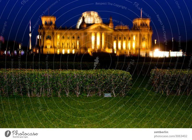 Reichstag nachts und verwackelt Abend Architektur Berlin Deutscher Bundestag Deutschland Deutsche Flagge dunkel Dämmerung Hauptstadt Nacht Parlament Regierung