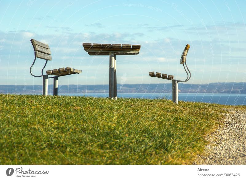 unverrückbar Ausflug Möbel Stuhl Tisch Gartenmöbel Picknick Rastplatz Aussicht beobachten sitzen warten blau grün ruhig Sehnsucht Fernweh Einsamkeit Erholung