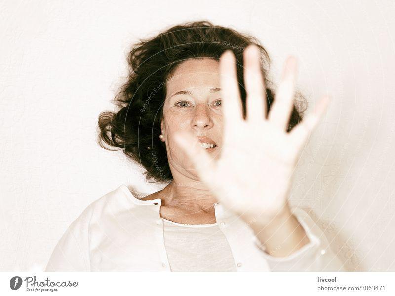 Frau Mensch schön weiß Hand Erholung Freude Gesicht Lifestyle Erwachsene Leben natürlich feminin Gefühle lachen Glück