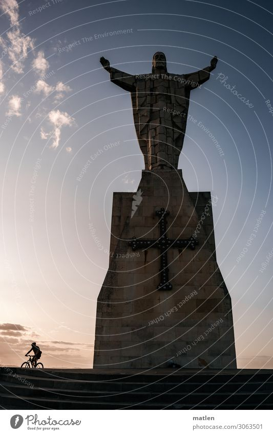 Amen Mensch maskulin Mann Erwachsene Oviedo Hauptstadt Bauwerk Wahrzeichen Fahrrad fahren blau braun Zukunftsangst Statue Fahrradfahren Wolken Treppe Kreuz