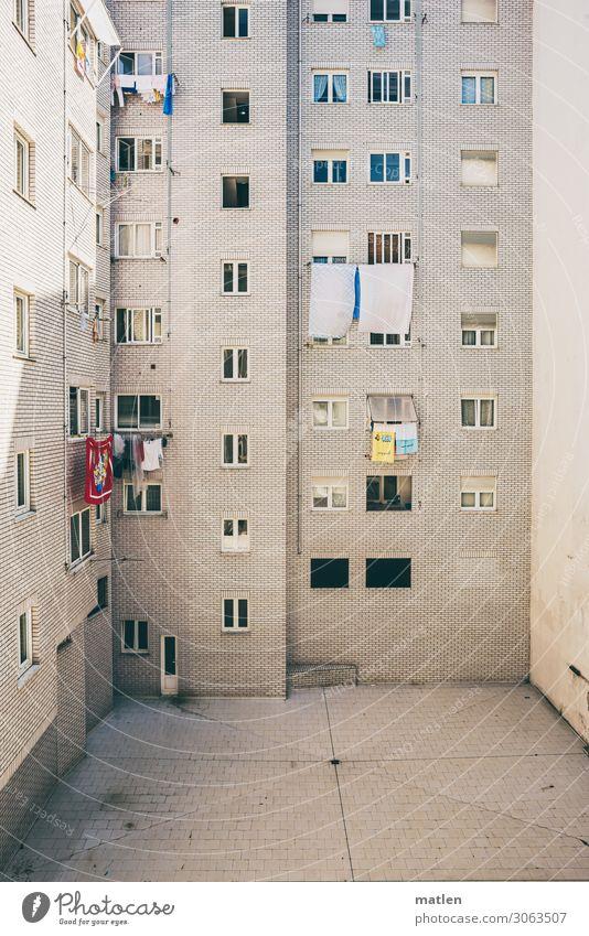 das Weisse Haus Stadt Menschenleer Hochhaus Mauer Wand Fassade Fenster Tür Hof hell blau gelb rot weiß Wäsche trocknen Farbfoto Außenaufnahme Muster