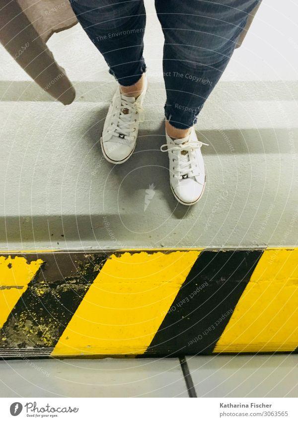 Schuh Perspektive I Beine Zeichen Schilder & Markierungen Graffiti stehen blau gelb grau schwarz weiß Turnschuh Jeansstoff Statue Streifen Tiefgarage Streetwear