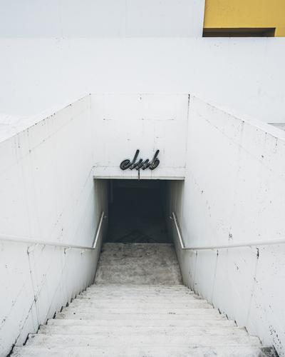 club Haus Architektur gelb Wand Gebäude Mauer Fassade grau Treppe modern Beton Club