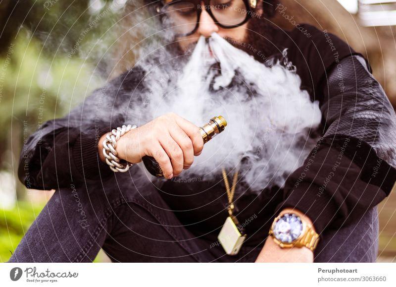 Mensch Natur Mann Hand schwarz Lifestyle Erwachsene Mode Park modern sitzen Bekleidung Coolness Körperhaltung Beautyfotografie Hut
