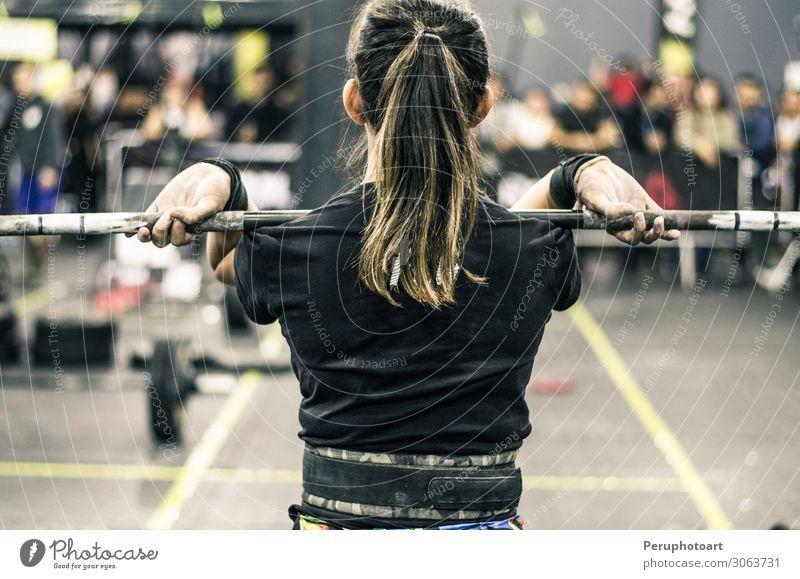Schöne Fitness Frau hebt Langhantel an Lifestyle schön Körper Wellness Sport Mensch Erwachsene blond genießen sportlich Erotik muskulös stark schwarz Kraft