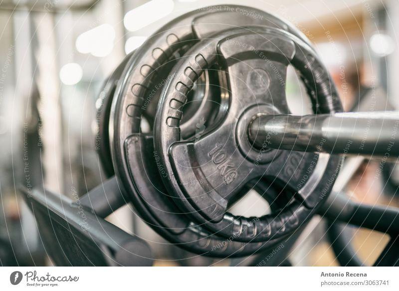 Gewichte auf dem Trainingsgerät drücken Sie Nahaufnahme, im Club Erholung Fitness dunkel Kraft Sporthalle üben ausarbeiten Fitnessstudio Curl-Hantel schwer