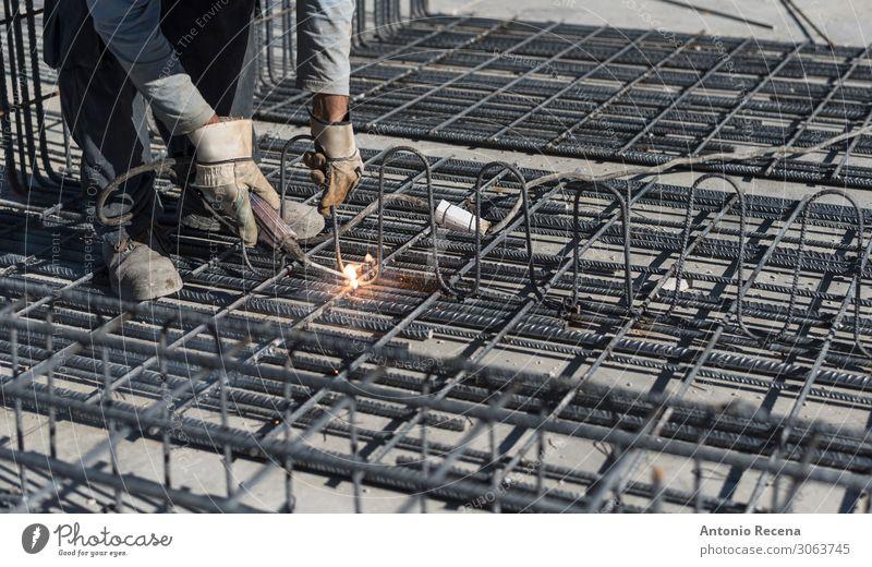 Mann, der im Außenbereich arbeitet Bild-Schweißstrukturen Arbeit & Erwerbstätigkeit Beruf Fabrik Industrie Erwachsene Handschuhe Metall stehen alt Kreativität