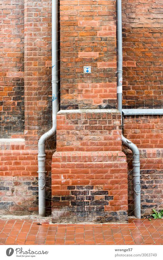Zwei Regenwasserrohre an einer denkmalgeschützten Kirche aus rotem Backstein irgendwo in Norddeutschland Backsteinfassade Backsteinwand Nahaufnahme Fallrohr