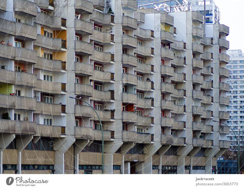 Aufbewahrungsbox DDR Umwelt Klima Stadtzentrum Architektur Stadthaus Wohnhochhaus Fassade Balkon Beton authentisch eckig groß hässlich trist grau Stimmung