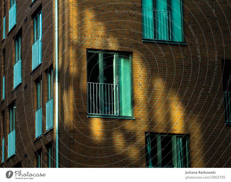 Lichtreflexion an einem Backsteingebäude mit vielen Fenstern Stadt Hauptstadt Hafenstadt Haus Fabrik Bauwerk Gebäude Architektur Mauer Wand Fassade Stein Beton