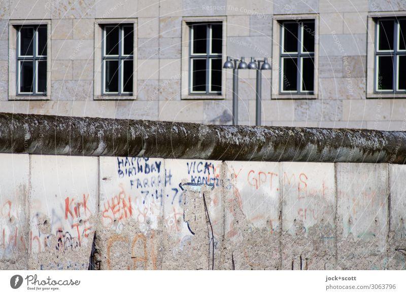 es war einmal (und ist nicht mehr) Stadt Fenster Architektur Graffiti Fassade grau Stimmung Perspektive groß historisch Vergangenheit Sehenswürdigkeit Schutz