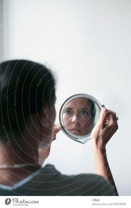 Spiegelbild Lifestyle schön Frau Erwachsene Leben Gesicht 1 Mensch 18-30 Jahre Jugendliche 30-45 Jahre festhalten Blick authentisch Gefühle Stimmung ernst