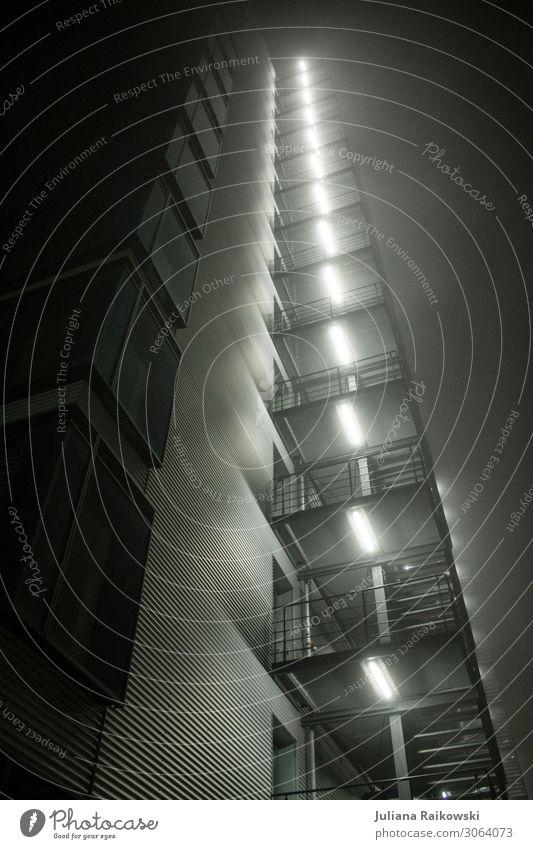 leuchtendes Hochhaus in der Nacht Leuchtstoffröhre Fortschritt Zukunft Stadt Hauptstadt Stadtzentrum Bauwerk Gebäude Architektur Balkon Fenster Beton Glas