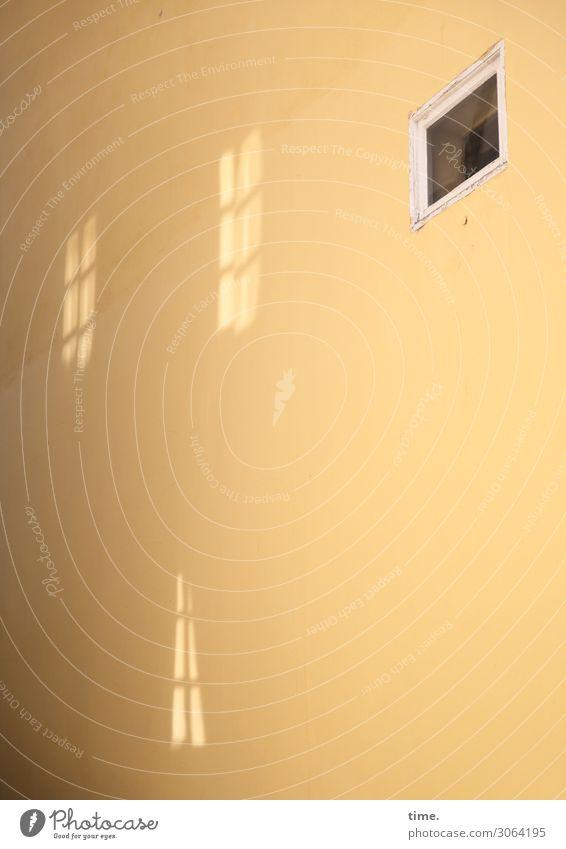 Schein & Sein Stadt Haus ruhig Fenster Leben gelb Wand Mauer Stimmung Design Perspektive Vergänglichkeit Wandel & Veränderung entdecken geheimnisvoll