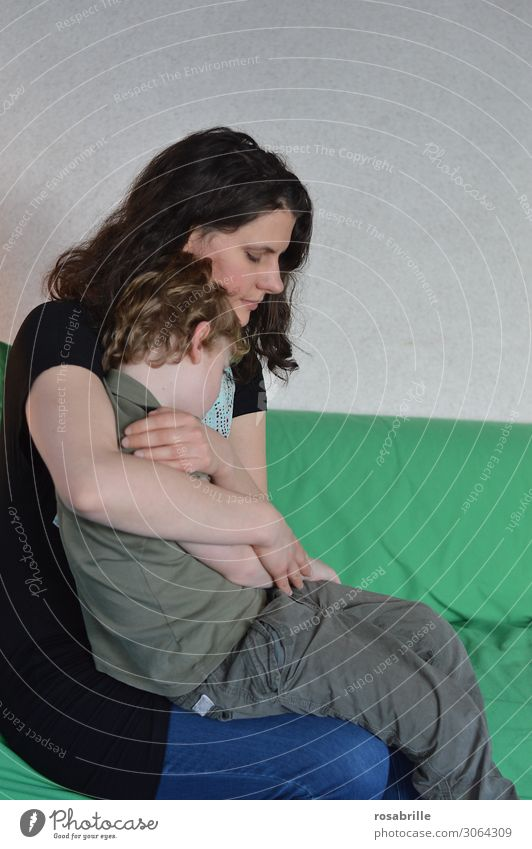 Mamas Trost | wertvoll Kind grün Liebe Junge Zusammensein sitzen Schutz Sicherheit Mutter festhalten nah Vertrauen brünett Umarmen Intimität Sohn