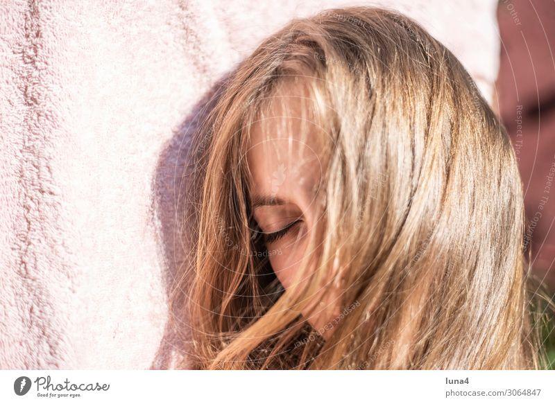 junges Mädchen schläft Zufriedenheit Erholung ruhig Freizeit & Hobby Ferien & Urlaub & Reisen blond langhaarig schlafen träumen Pause Halbschlaf ausruhen