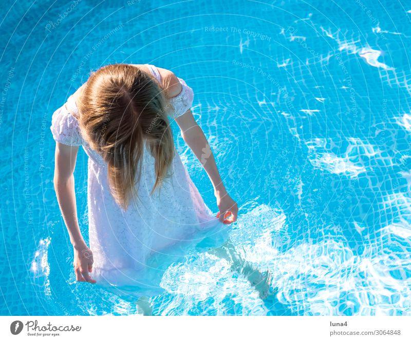 Mädchen mit Kleid im pool Ferien & Urlaub & Reisen Sommer blau Wasser weiß Erholung Freude Lifestyle Wärme Traurigkeit Schwimmen & Baden Zufriedenheit