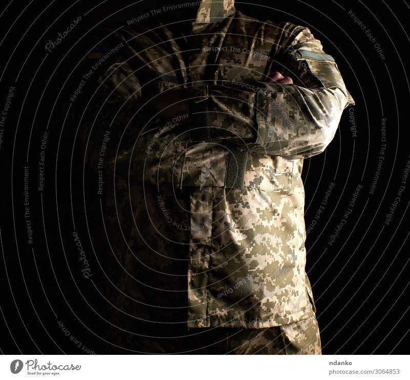 Ukrainischer Soldat in Camouflage-Uniform Freiheit Beruf Mann Erwachsene Vater 1 Mensch 30-45 Jahre Denkmal Bekleidung Hose Anzug Jacke stehen dunkel stark grün
