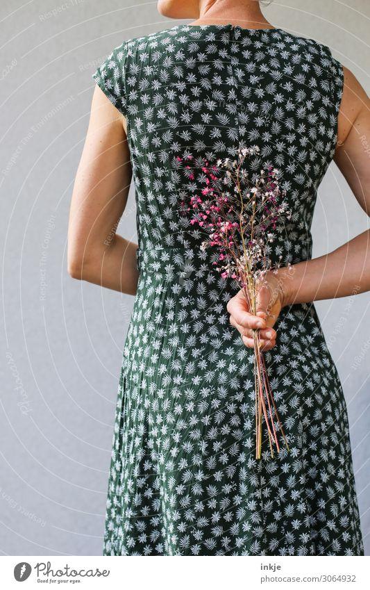 Sommerblümchen vor Sommerblümchenkleid Frau Erwachsene Leben Rücken Hand 1 Mensch 30-45 Jahre Frühling Blume Kleid Sommerkleid Blumenstrauß festhalten