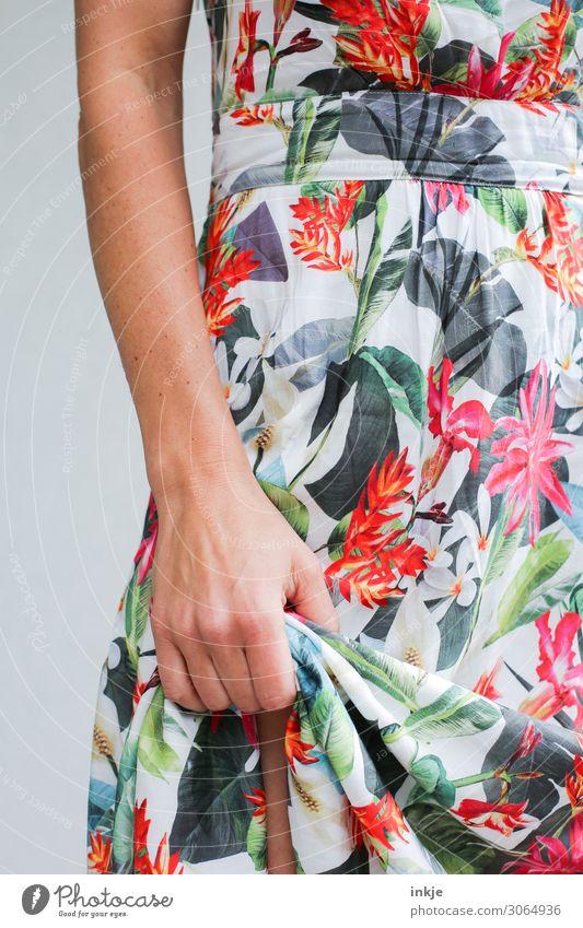 Sommerkleid Lifestyle Stil schön Frau Erwachsene Leben Körper Arme Hand 1 Mensch 18-30 Jahre Jugendliche 30-45 Jahre Kleid festhalten Blick authentisch Erotik